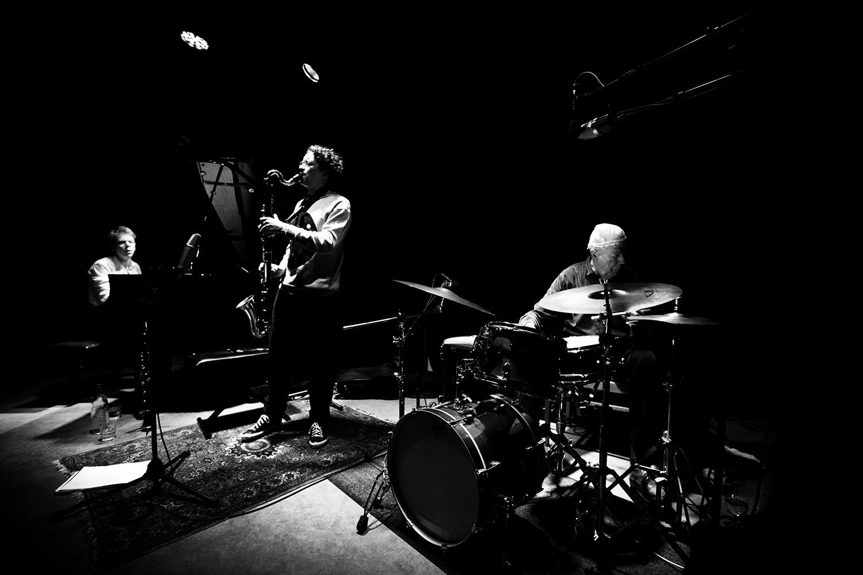 Han Bennink Trio (with Joachim Badenhorst & Simon Toldam) by Laurent Orseau - Les Ateliers Claus - Brussels, Belgium - 2018-03-30 #1