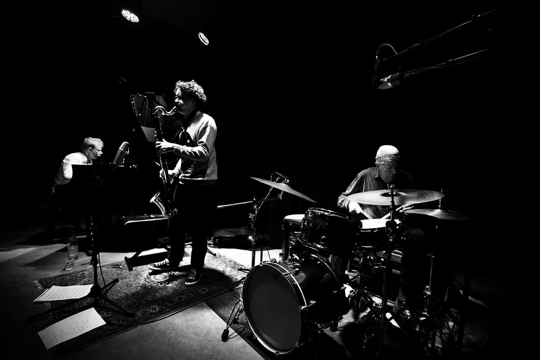 Han Bennink Trio (with Joachim Badenhorst & Simon Toldam) by Laurent Orseau - Les Ateliers Claus - Brussels, Belgium - 2018-03-30 #2
