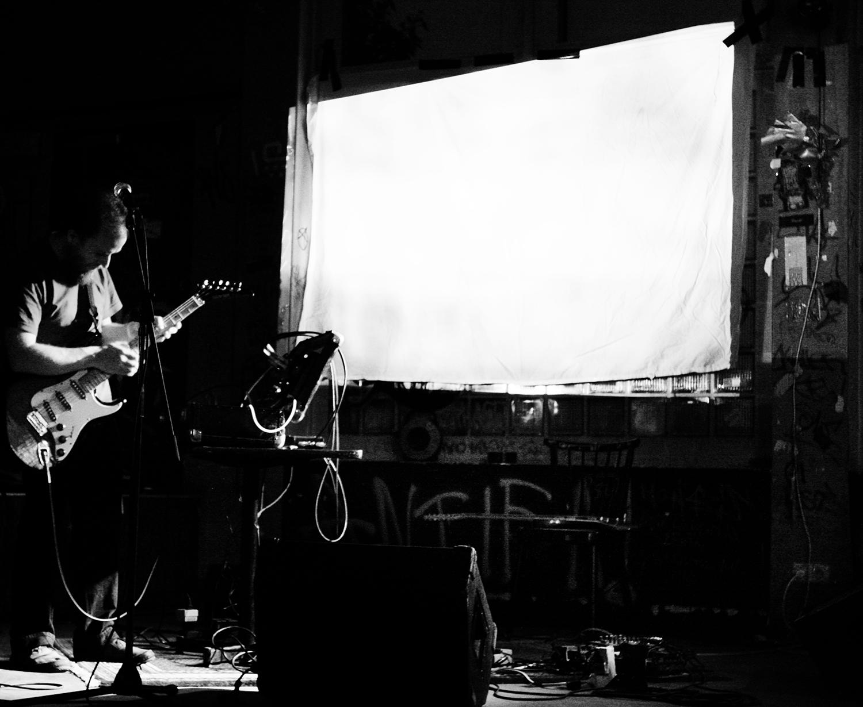 Aidan Baker by Laurent Orseau - Concert - Institut für vergleichende Irrelevanz - Frankfurt am Main, Germany #4