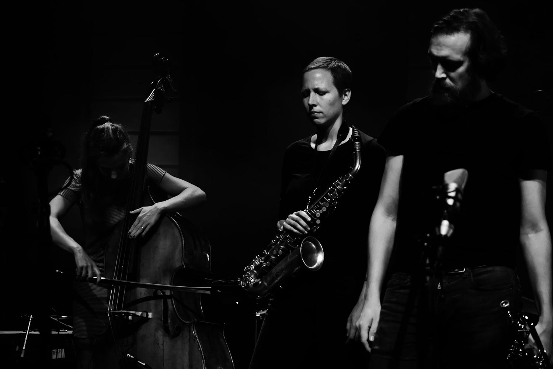 Anna Högberg Attack feat. Elin Larsson & Lisa Ullén & Niklas Barnö & Elsa Bergman & Anna Lund by Laurent Orseau - Summer Bummer Festival - De Studio - Antwerp, Belgium #11