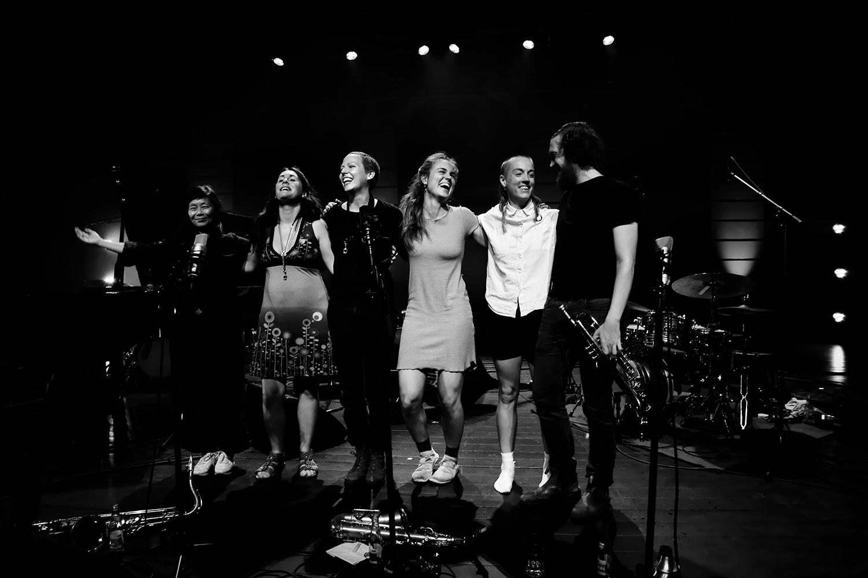 Anna Högberg Attack feat. Elin Larsson & Lisa Ullén & Niklas Barnö & Elsa Bergman & Anna Lund by Laurent Orseau - Summer Bummer Festival - De Studio - Antwerp, Belgium #33